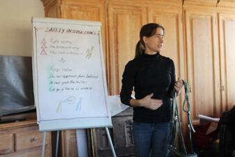 Nina Haber erklärt Mitarbeiterfortbildung offline